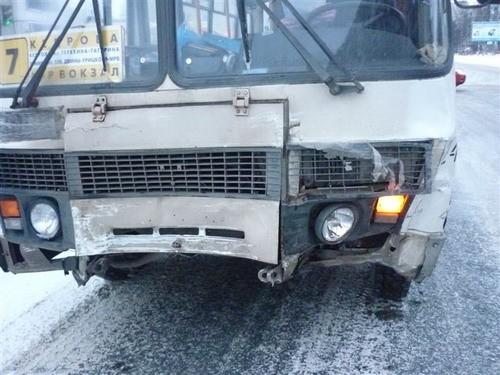В Архангельске рейсовый автобус столкнулся с легковушкой