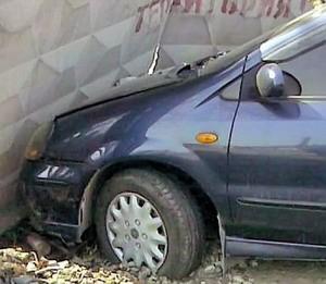 В Архангельске автомобиль врезался в жилой дом