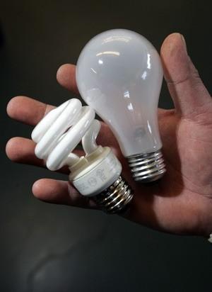 К пожару в Архангельске на острове Бревенник привел взрыв энергосберегающей лампы