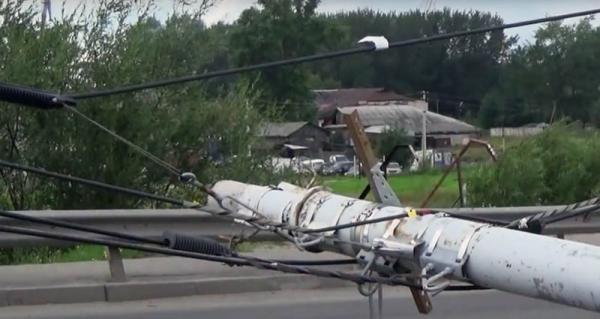 Упавший от ветхости столб затруднил движение по Кузнечевскому мосту в Архангельске